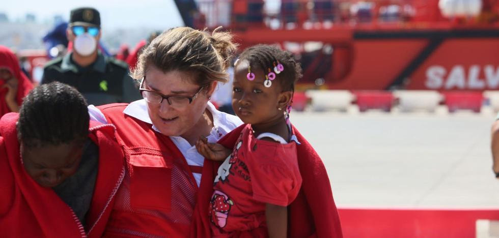 Trasladan a los puertos de Motril y Almería a las 82 personas rescatadas de dos pateras