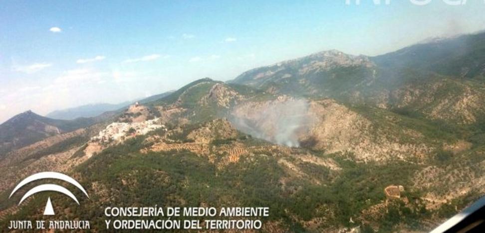 Vecinos de una aldea de Segura abandonan sus casas por un incendio