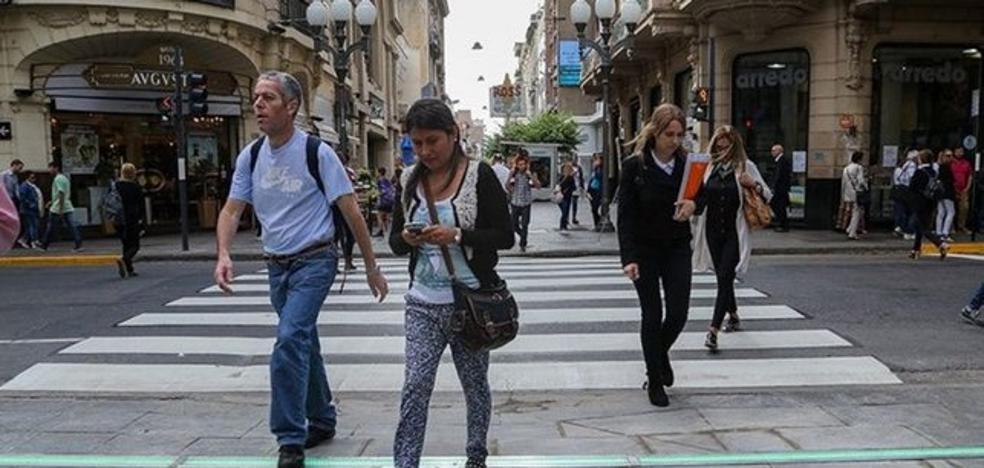 Hasta 100 euros de multa por cruzar las calles mirando el móvil
