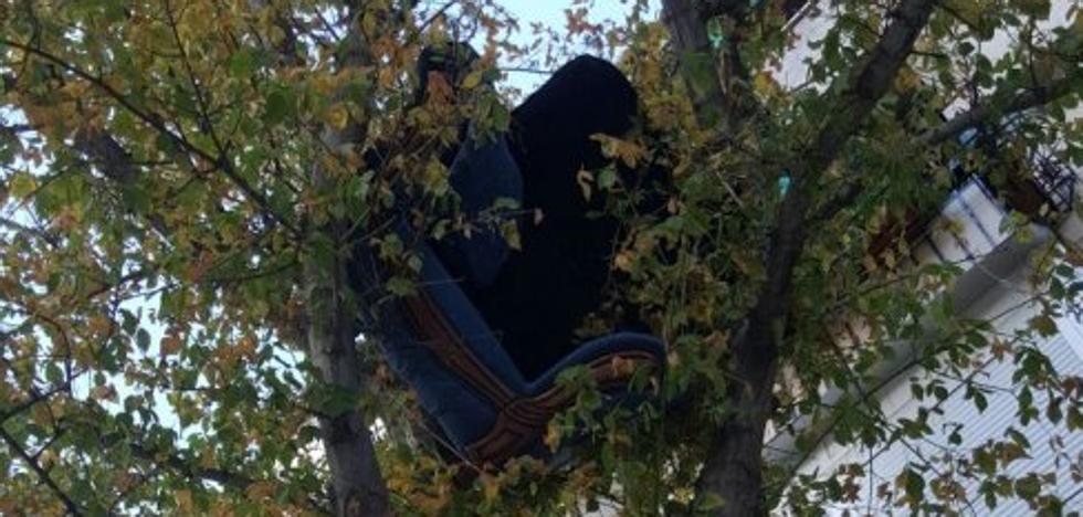 Lanzan por el balcón los muebles del piso tras una pelea familiar en Granada