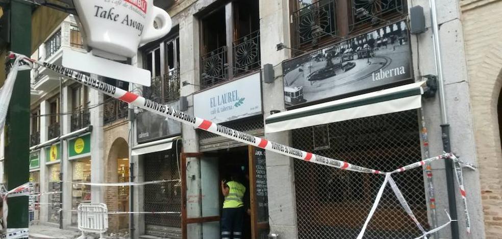 Extinguido el incendio que comenzó a las seis de la mañana en un restaurante de la Alcaicería