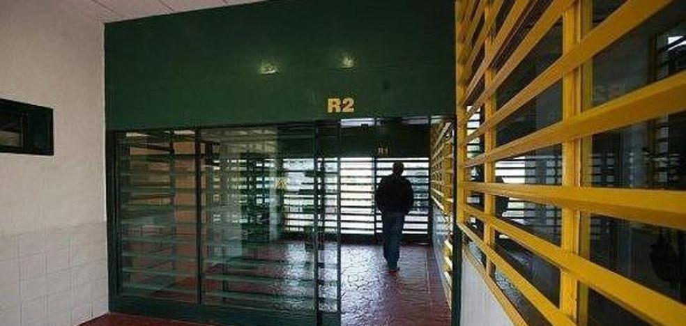 Un interno de extrema agresividad golpea a dos funcionarios de Albolote