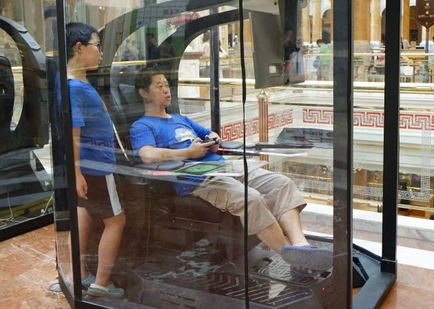 """Un centro comercial instala cabinas de videojuegos para """"entretener a los maridos"""""""