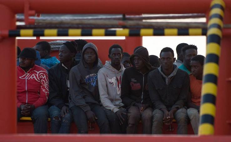 Llegan al puerto de Motril 34 inmigrantes rescatados de una patera en Alborán