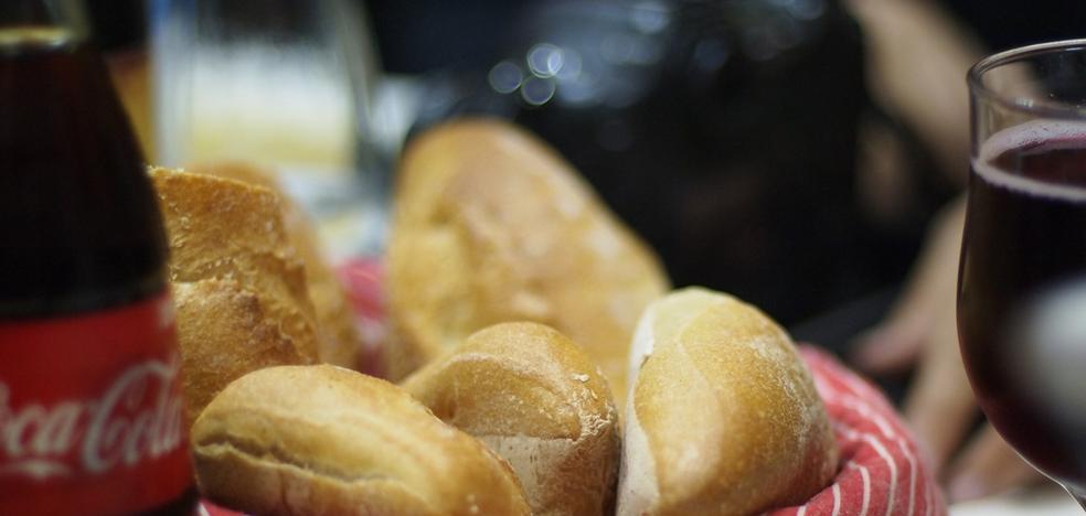 Detienen a cuatro españoles en Tailandia por robar en una cafetería 'pan y coca-cola'