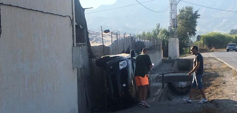Herida tras volcar con su vehículo en Motril