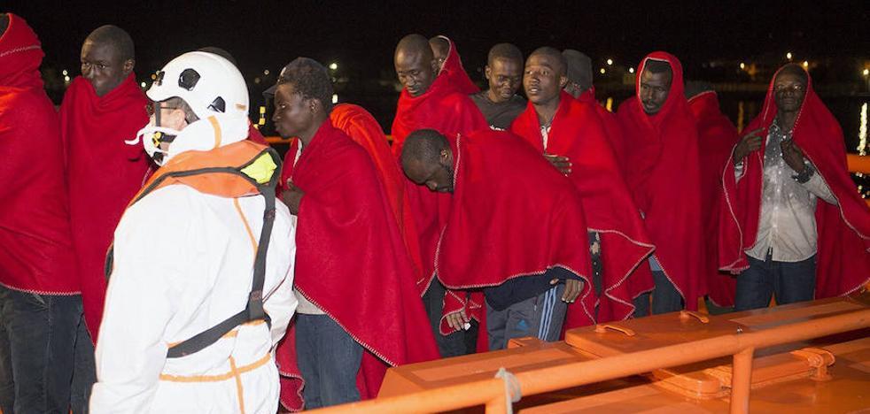 Rescatadas 23 personas de una patera avistada a unas 13 millas al sur de Cabo de Gata