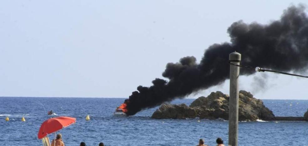 Espectacular incendio de un yate a escasos metros de la playa