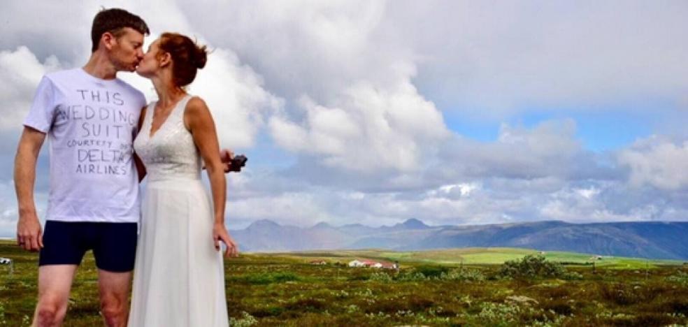 Se casa en calzoncillos porque una aerolínea perdió su traje de novio