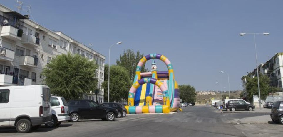 Monta un castillo hinchable en mitad de una carretera de Granada para celebrar el cumpleaños de su hijo