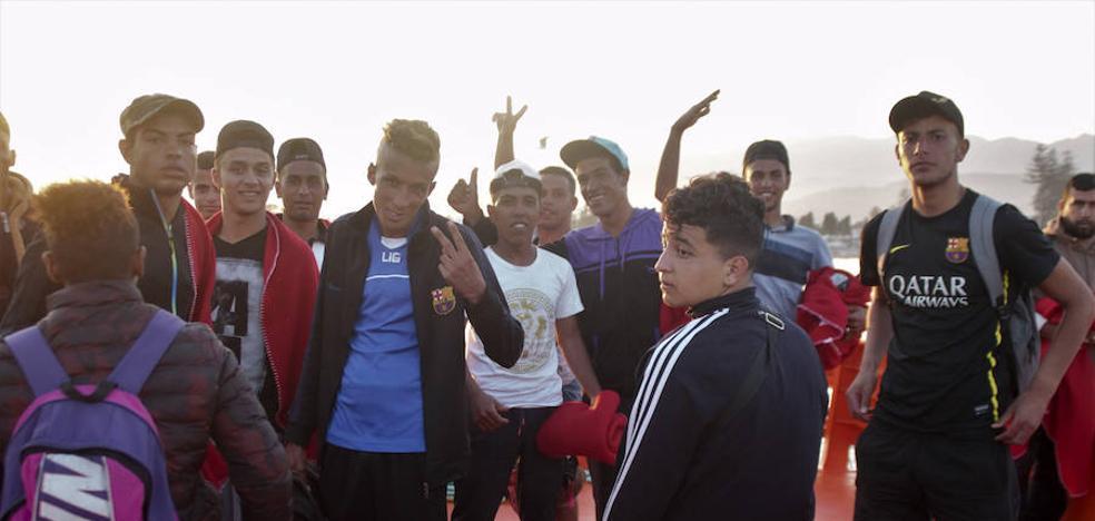 Llegan en buen estado a Motril los 15 inmigrantes rescatados a 22 millas del Cabo de Gata