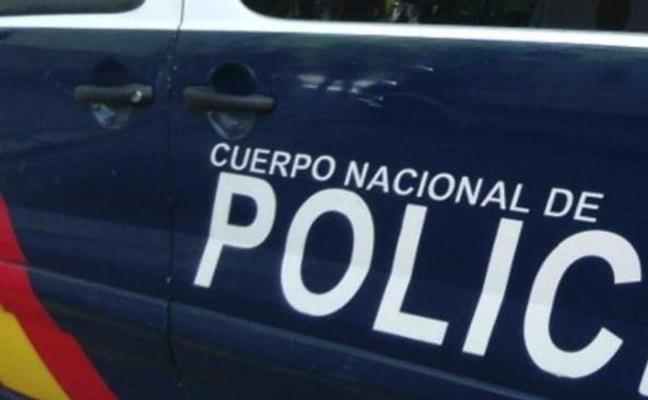 Un joven se salta un control policial y trata de arrollar a los agentes de la Policia Nacional