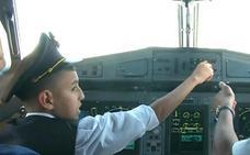 Suspenden a dos pilotos por ceder los mandos a un niño en pleno vuelo comercial en Algeria