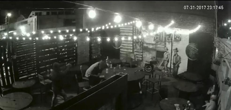 Un hombre entra disparando en un bar y deja un muerto y cuatro heridos