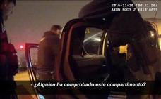 Agentes de policía colocan droga en el coche de dos sospechosos