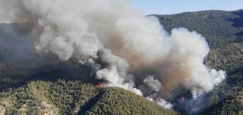 Un total de 24 medios aéreos actúa en el incendio de Segura tras remitir el fenómeno de inversión térmica