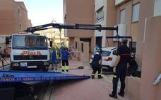 Empotra su coche contra una fachada en Almería