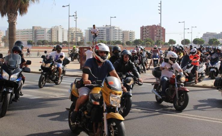 Medio millar de moteros almerienses tributan un homenaje a Ángel Nieto