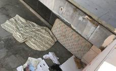 Basura, grafitis y colchones: así amanece la plaza Soledad de San Jerónimo