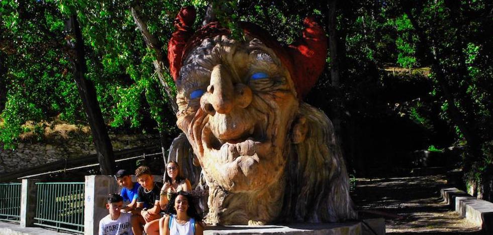 Soportújar instala una estatua de una bruja de siete toneladas de peso y tres metros de altura como reclamo turístico