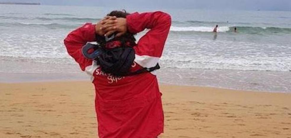 El genial gesto solidario de un socorrista de Gijón con sus compañeras