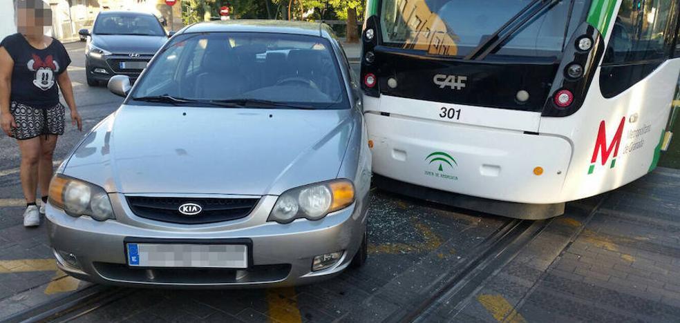 Herida una mujer en el choque del metro y un coche en Maracena