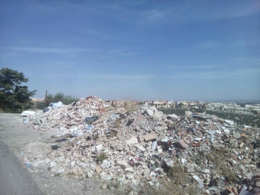 El polígono Nuevo Jaén o el cementerio viejo, convertidos en 'escombreras'