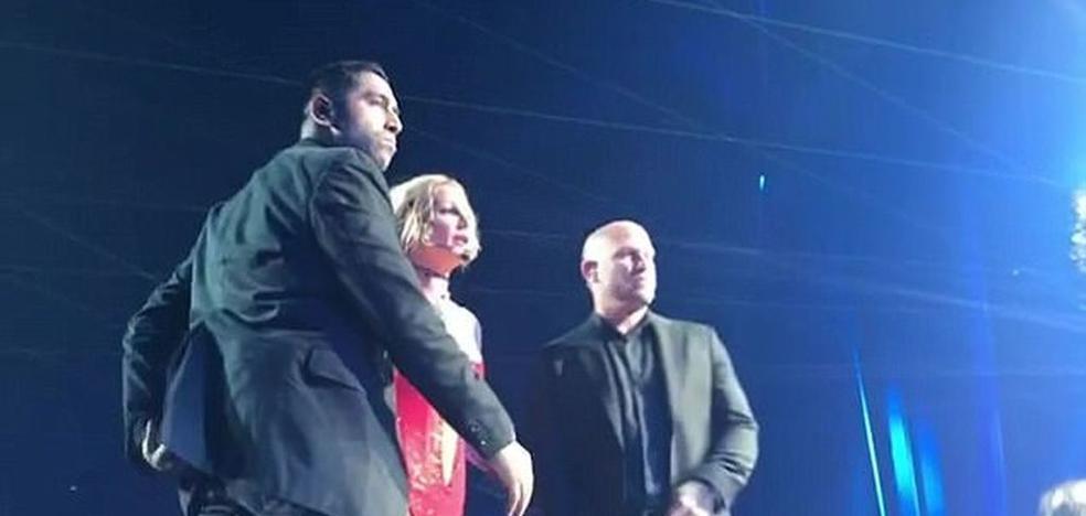 Un hombre armado irrumpe en una actuación de Britney Spears