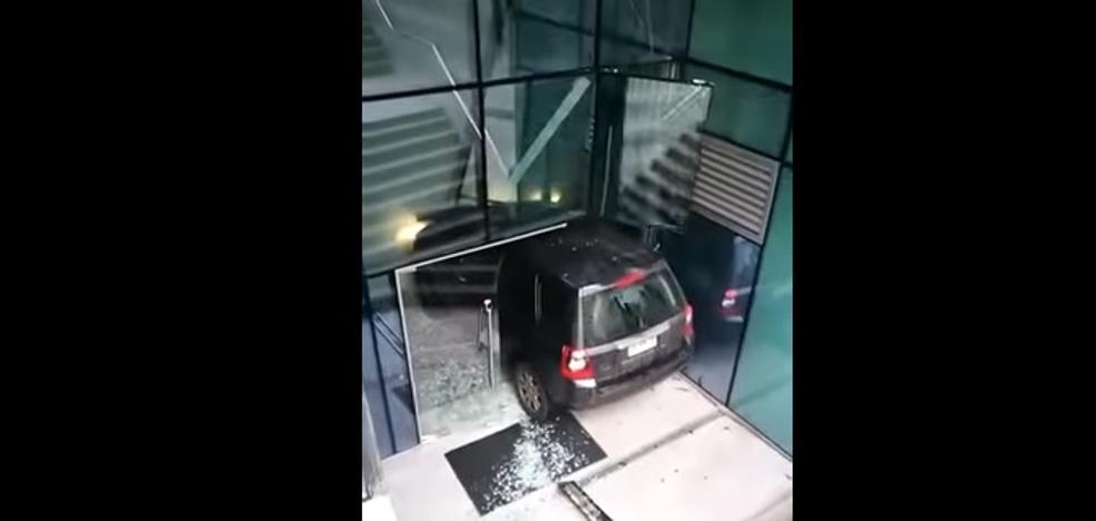 Una mujer confunde la entrada de un edificio con la de un parking