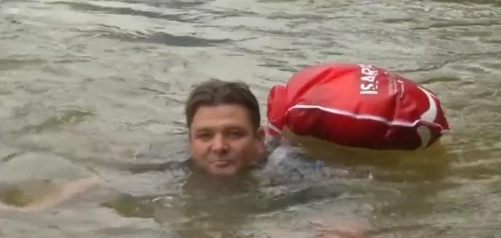 Harto de los atascos, decide ir nadando al trabajo los 2 kms