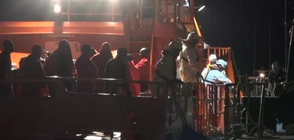 Detenidos dos patrones de una patera con 12 personas que cobraron hasta 600 euros a cada ocupante