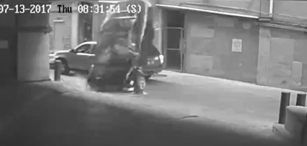 Una mujer cae con su coche desde la 7ª planta de un parking y sobrevive