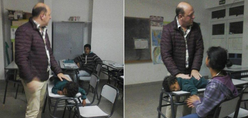Un profesor duerme al hijo de una alumna para que ella pueda atender en clase