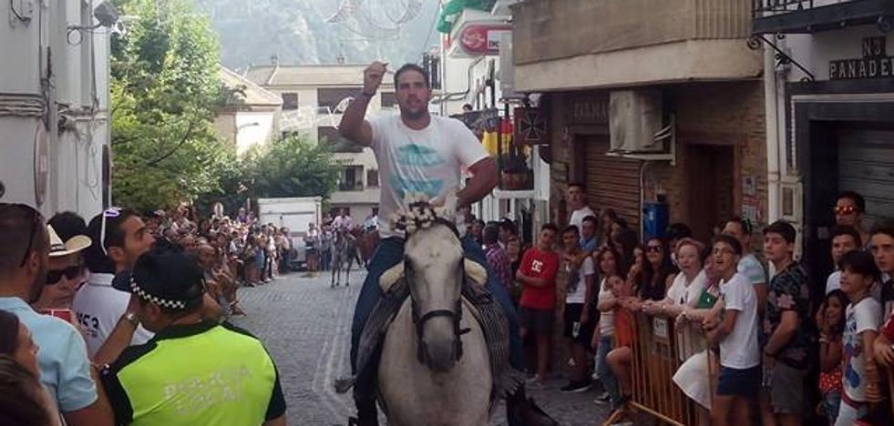 Güéjar celebra hasta el martes sus fiestas patronales con carreras de cintas a caballo y fachadas decoradas