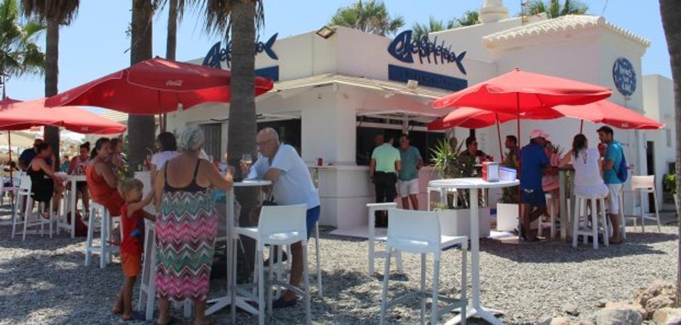 La reforma iniciada por los chiringuitos da un salto de calidad a la playa de Poniente