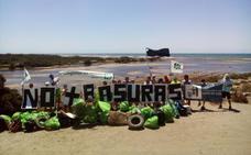 Ecologistas en Acción retira ruedas, carros de la compra y 40 sacos de basura de la desembocadura del río Andarax
