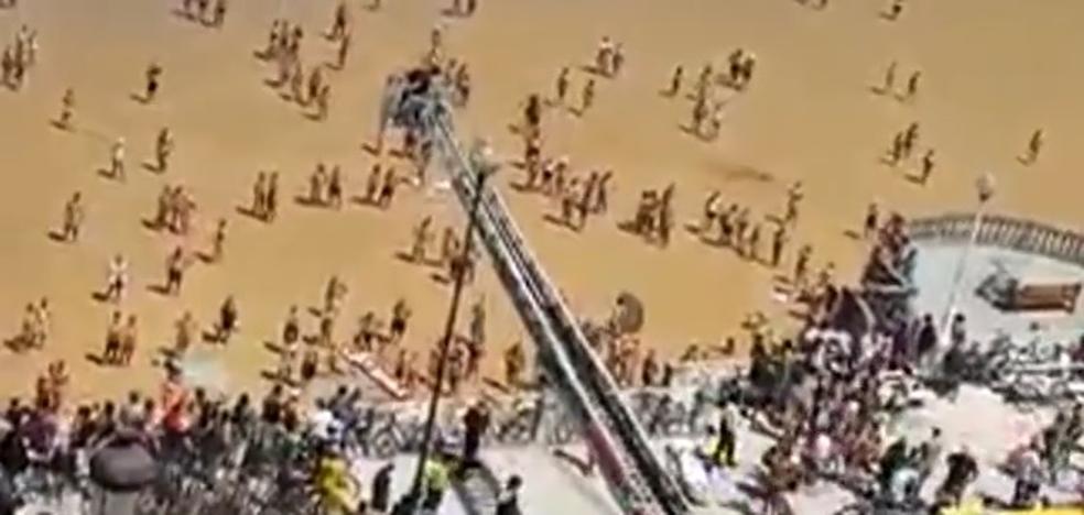 Rescatan con una grúa de 30 metros a una mujer con un síncope
