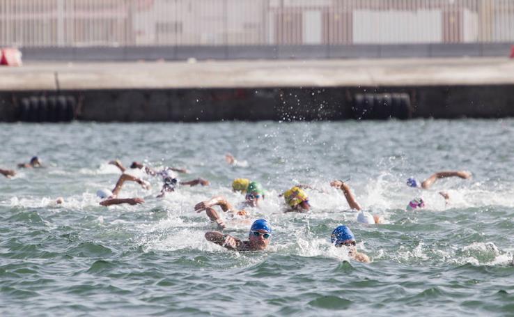 Los malagueños Pablo Cordero y Paula Ruiz, triunfadores de la LXXVIII travesía a nado del Puerto de Motril
