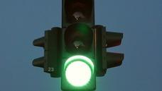 Una conductora borracha de 72 años derriba un semáforo y lo arrastra en sentido contrario