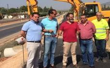 Recta final en las obras del carril bici entre La Puerta de Segura y Puente de Génave con trabajos de asfaltado