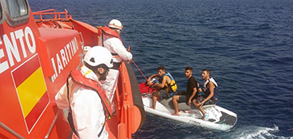 Rescatados tres magrebíes que intentaban llegar a Motril en una moto acuática