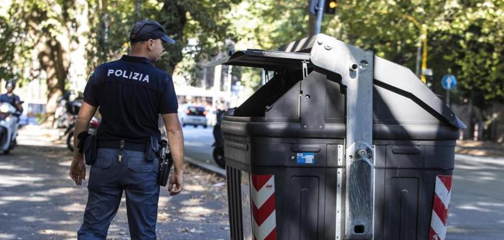 Una chica encuentra dos piernas de mujer en un contenedor en Roma