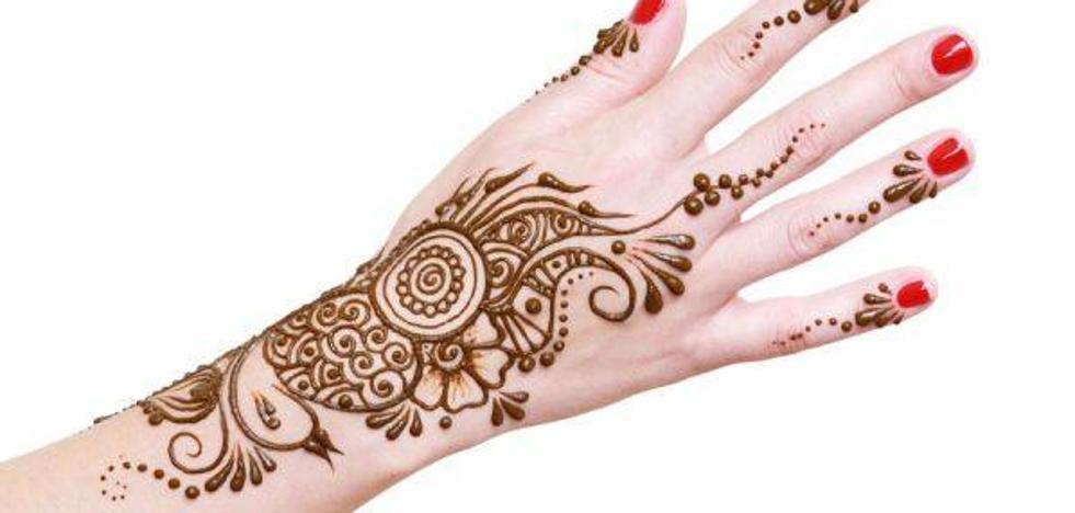 Una niña sufre deformaciones en su brazo por un tatuaje de henna