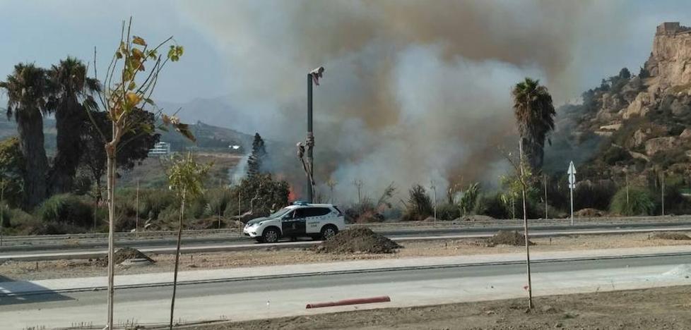 Los bomberos extinguen el fuego en Salobreña mientras surge otro en Playa Granada
