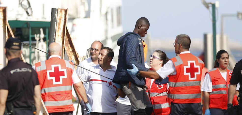 Rescatan a 17 inmigrantes, la mayoría menores, de una patera en Almería