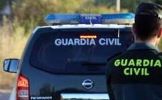 Detenido en Castell de Ferro un hombre con 22 antecedentes por amenazar a su exmujer con una hoz