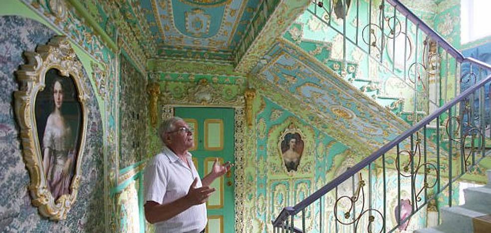 Un pensionista decora en 16 años las escaleras de su bloque de pisos como el Palacio de Versalles