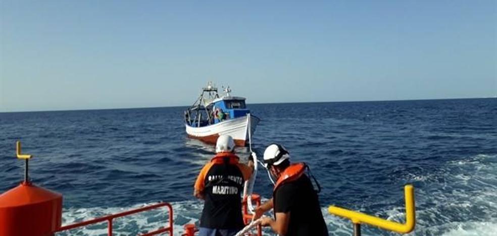Salvamento Marítimo remolca a un pesquero que quedó a la deriva con tres tripulantes