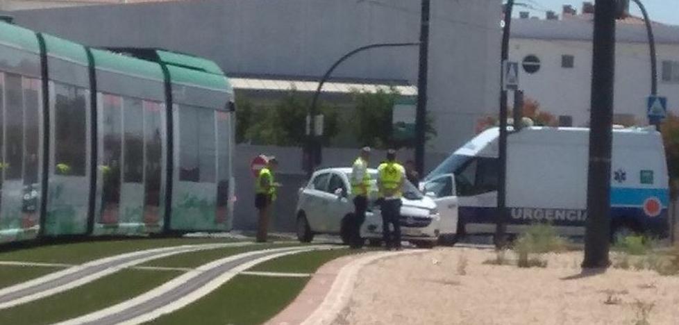 Un hombre herido al chocar con su coche contra el metro en Granada