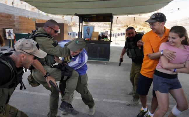 Turistas que aprenden a defenderse de los yihadistas